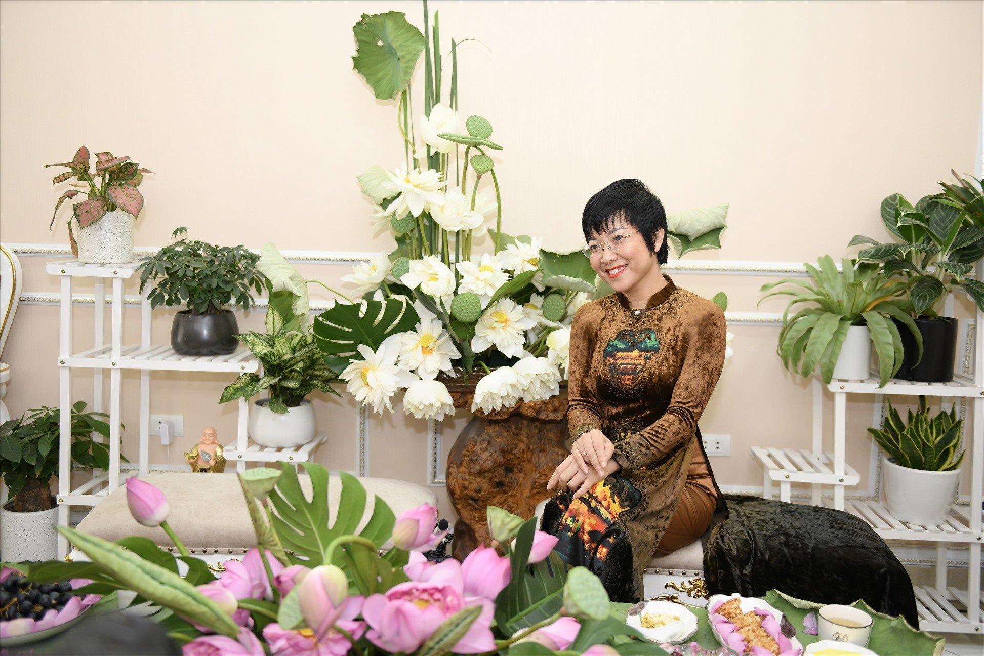 Học MC Thảo Vân bí kíp chọn áo dài trung niên đẹp quý phái
